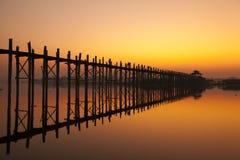 Alba del ponte di U Bein immagini stock