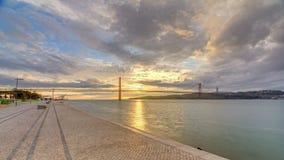 Alba della città di Lisbona con la notte del ponte del 25 aprile al timelapse di giorno stock footage