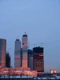 alba della costruzione di edifici sotto Immagini Stock