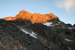 Alba della montagna del castello - Montana fotografia stock