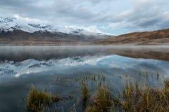 Alba della neve di riflessione delle montagne del lago Fotografia Stock