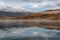 Alba della neve di riflessione delle montagne del lago Fotografia Stock Libera da Diritti