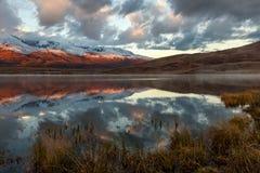Alba della neve di riflessione delle montagne del lago Immagine Stock Libera da Diritti