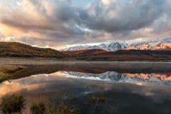 Alba della neve di riflessione delle montagne del lago Fotografie Stock Libere da Diritti