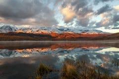 Alba della neve di riflessione delle montagne del lago Fotografie Stock