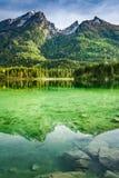 Alba della primavera nel lago Hintersee in alpi, Germania Immagini Stock