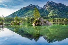 Alba della primavera nel lago Hintersee in alpi, Germania, Europa Fotografie Stock