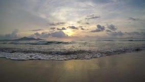 alba della spiaggia di 4K Maiorca Muro nella baia di Alcudia Mallorca alle Isole Baleari della Spagna stock footage
