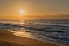 Alba della spiaggia della roccia del sale Fotografia Stock