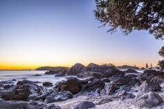 Alba della spiaggia rocciosa Immagine Stock