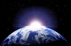Alba della terra con le nuvole e le stelle Fotografia Stock