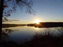 Alba dello spostamento di colore nel lago Acworth, Georgia Fotografie Stock