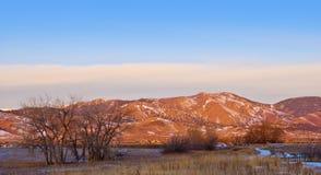 Alba dentellare sulle colline pedemontana della montagna rocciosa Immagine Stock