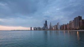 Alba di Chicago con le nuvole e le onde sul lago Michigan stock footage