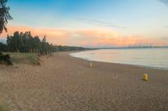 Alba di Cloudly sopra la riva baltica a Gorki Zachodnie a Danzica, Polonia Fotografie Stock Libere da Diritti