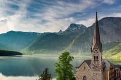 Alba di estate nel lago della montagna in Hallstatt, alpi Immagine Stock Libera da Diritti