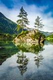 Alba di estate nel lago Hintersee in alpi Immagine Stock