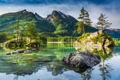 Alba di estate nel lago Hintersee in alpi Immagini Stock