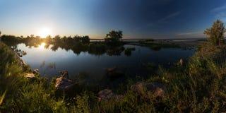 Alba di estate sopra il lago Immagine Stock