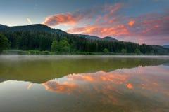 Alba di estate sul lago Moutnains Immagini Stock Libere da Diritti
