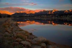 Alba di Estes del lago con le montagne Immagine Stock