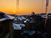 Alba di inverno da una finestra fotografia stock libera da diritti