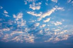Alba di mattina con il cielo nuvoloso Immagini Stock
