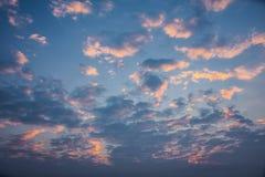 Alba di mattina con il cielo nuvoloso Immagine Stock