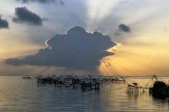 Alba di mattina con il mare liscio a Pakpra, Pattalung Fotografia Stock
