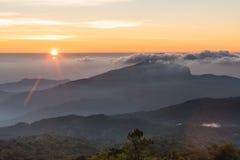 Alba di mattina con il sole sopra la montagna Fotografia Stock Libera da Diritti