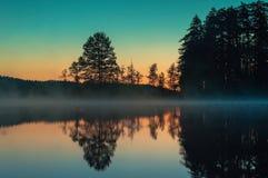 Alba di mattina su un lago della foresta Immagine Stock