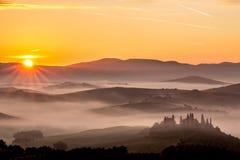 Alba di paesaggio in Toscana nebbiosa, Italia Fotografie Stock