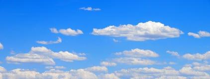 Alba di primo mattino attraverso la foschia fotografie stock libere da diritti