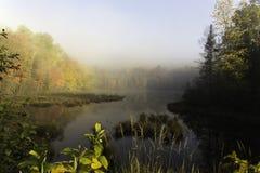 Alba di primo mattino sopra un lago Immagine Stock