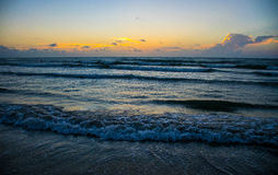 Alba di schianto di Texas Beach Coast Waves prima dell'aumento del sole Immagine Stock Libera da Diritti