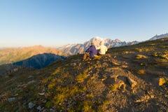 Alba di sorveglianza delle coppie sopra la sommità di Mont Blanc Fotografia Stock Libera da Diritti