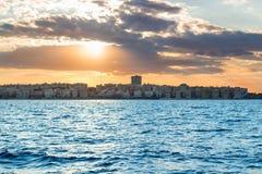 Alba di tramonto in mare aperto con il cielo nuvoloso drammatico Fotografie Stock