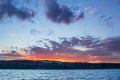 Alba di tramonto in mare aperto con la vista drammatica del cielo nuvoloso Immagini Stock Libere da Diritti