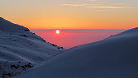 Alba dietro la neve fotografia stock