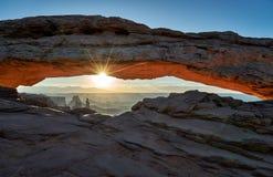 Alba dietro Mesa Arch nel parco nazionale di Canyonlands fotografia stock
