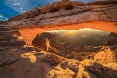 Alba dietro Mesa Arch nel parco nazionale di Canyonlands, Utah fotografia stock