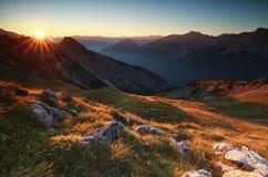 Alba dorata in alte montagne Immagini Stock