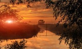 Alba dorata e nebbiosa maestosa sopra il fiume Scena pittoresca Landskape nebbioso fantastico di mattina Tramonto variopinto immagine stock