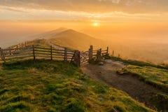 Alba dorata nebbiosa, tor di Mam, distretto di punta, Regno Unito Immagine Stock