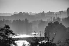 Alba dorata a Praga presa dal parco di Letna, con paesaggio urbano ed il fiume della Moldava in bianco e nero fotografie stock