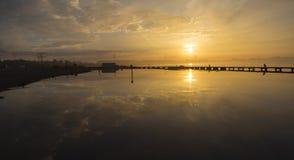 Alba dorata sopra il lago Riflessione di specchio delle nuvole in w Fotografia Stock