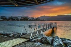 Alba drammatica alla spiaggia centrale di Eilat fotografia stock libera da diritti