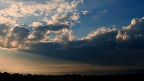 Alba drammatica con i raggi solari. stock footage
