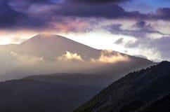 Alba drammatica nelle montagne con il cielo nuvoloso e Misty Forest, montagne di Altai, il Kazakistan orientale Fantasyland, ora  immagine stock
