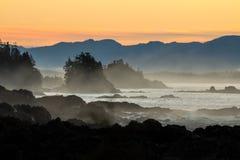 Alba drammatica sopra la costa rocciosa dell'isola di Vancouver Fotografia Stock